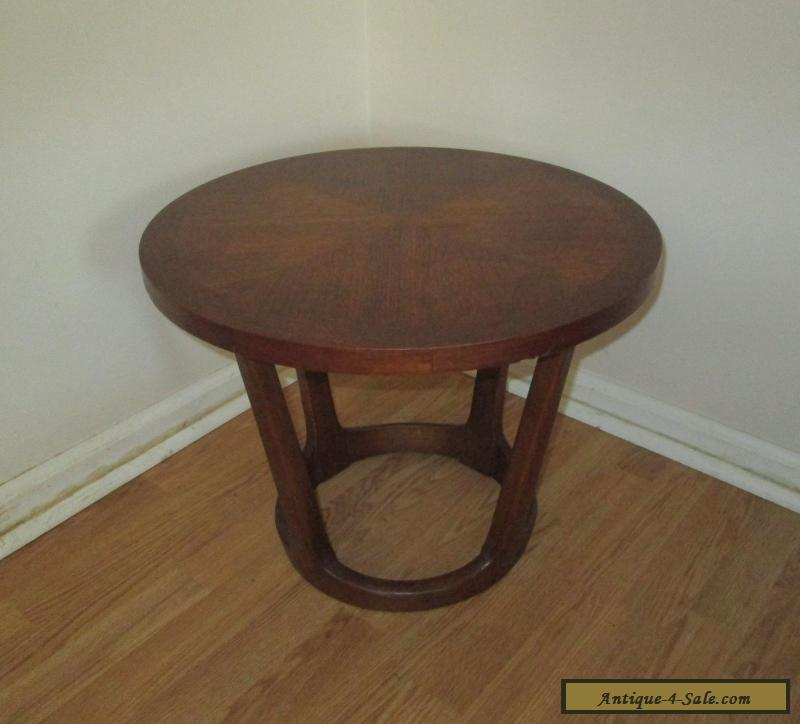 Lane Mid Century Modern Small Round Walnut Side / End Table Sculptural Base  For Sale