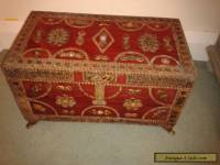 ORNATE ANTIQUE WOODEN JEWELLERY / TRINKET BOX WITH BRASS ORNATE