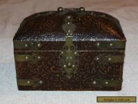 COLLECTIBLE LINED AND LACQUERED WOODEN BOX WITH BRASS ACCESSORIES/CATCH
